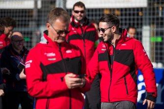 Daniel Abt, Audi Sport ABT Schaeffler, parcourt la piste à pied avec son équipe
