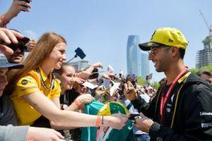 Daniel Ricciardo, Renault signs an autograph for a fan