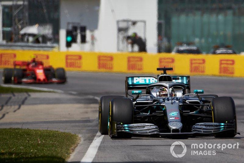 Lewis Hamilton, Mercedes AMG F1 W10, por delante de Charles Leclerc, Ferrari SF90