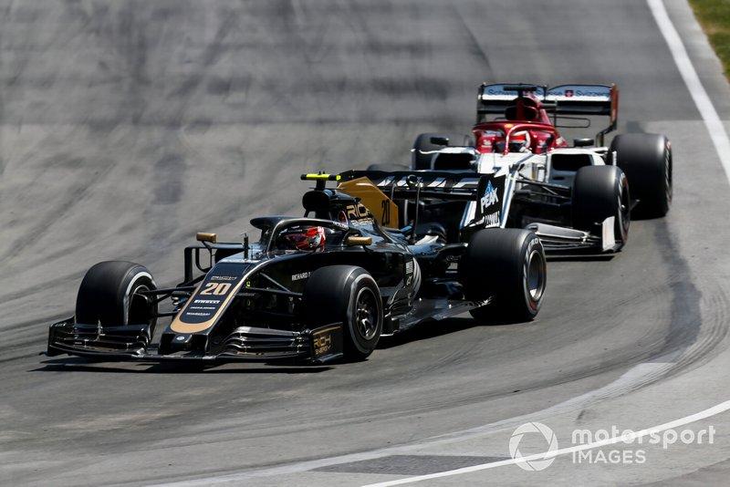 Kevin Magnussen, Haas VF-19, devant Kimi Raikkonen, Alfa Romeo Racing C38