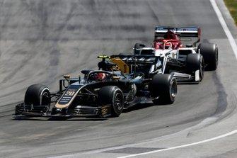 Kevin Magnussen, Haas VF-19, Kimi Raikkonen, Alfa Romeo Racing C38