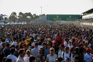 Болельщики заполнили трассу после гонки