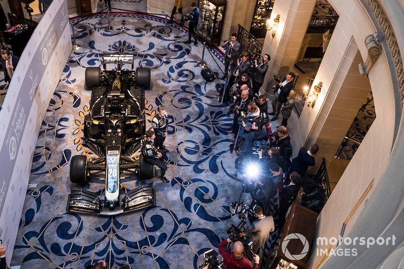 Romain Grosjean, Haas F1 Team y Kevin Magnussen, Haas F1 Team representan fotografías frente a la nueva imagen de Haas 2019 en el Haas F1 Team VF-18