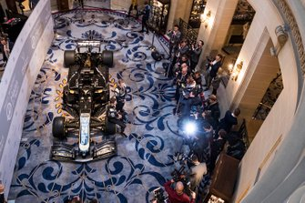 Romain Grosjean, Haas F1 Team et Kevin Magnussen, Haas F1 Team sont pris en photo devant la nouvelle livrée Haas