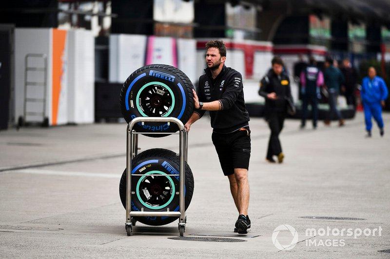 Meccanico Mercedes AMG F1 nel paddock con pneumatici Pirelli
