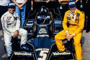Lotus team photo with Mario Andretti and Ronnie Peterson sitting on a Lotus 79 Ford, Colin Chapman, Nigel Bennett