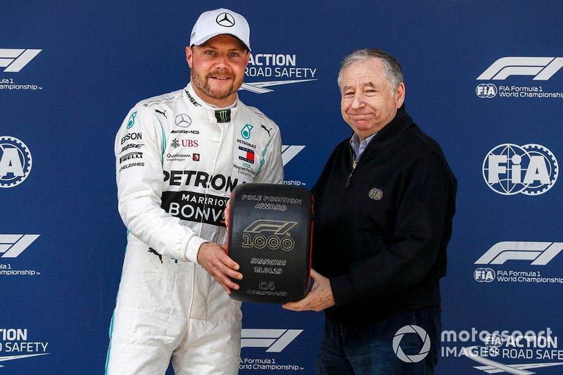 Le poleman Valtteri Bottas, Mercedes AMG F1, et Jean Todt, président de la FIA avec le Trophée Pirelli de la pole position dans le parc fermé