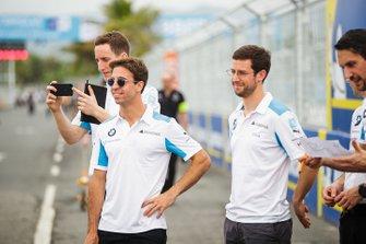 Antonio Felix da Costa, BMW I Andretti Motorsports, Alexander Sims, BMW I Andretti Motorsports, cammina in pista con alcuni membri del team
