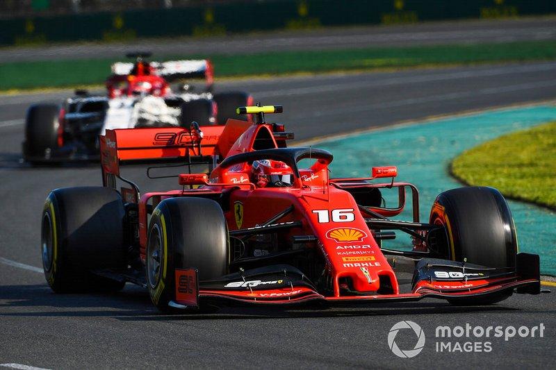 Charles Leclerc, Ferrari SF90 e Kimi Raikkonen, Alfa Romeo Racing C38