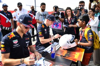 Pierre Gasly, Red Bull Racing, e Max Verstappen, Red Bull Racing, firmano autografi ai fan