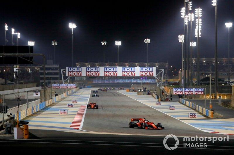 Sebastian Vettel, Ferrari SF90, Charles Leclerc, Ferrari SF90, y Lewis Hamilton, Mercedes AMG F1 W10