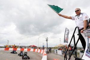 Le président de HPD, Art St Cyr, agite le drapeau vert de la course d'USAC Quarter Midget
