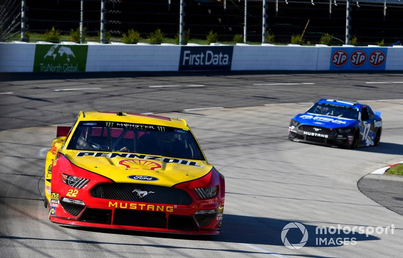 Joey Logano, Team Penske, Ford Mustang Shell Pennzoil and Ricky Stenhouse Jr., Roush Fenway Racing, Ford Mustang Fastenal