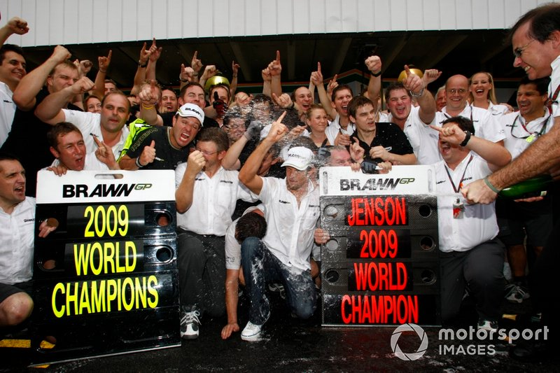 Rubens Barrichello, Brawn GP, Jenson Button, Brawn GP, Ross Brawn, Team Principal, Brawn GP, et l'équipe Brawn GP team célèbrent le championnat du monde.