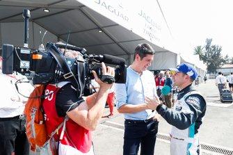 Il presentatore TV Vernon Kay intervista Bryan Sellers, Rahal Letterman Lanigan Racing