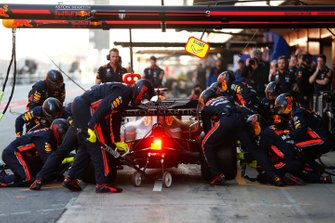 Max Verstappen, Red Bull Racing RB15 pitstop