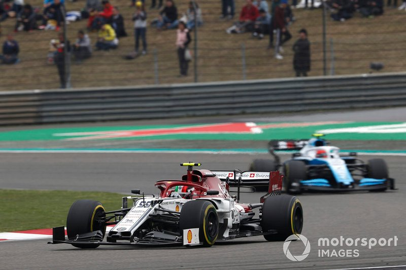 Antonio Giovinazzi, Alfa Romeo Racing C38, leads Robert Kubica, Williams FW42