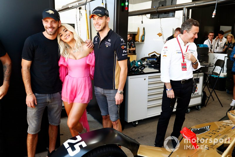 Rita Ora with Jean-Eric Vergne, DS TECHEETAH, Andre Lotterer, DS TECHEETAH in the garage