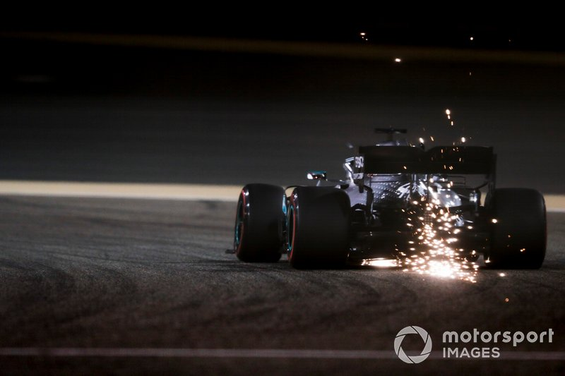 Las chispas vuelan desde la parte trasera del coche de Lewis Hamilton, Mercedes AMG F1 W10