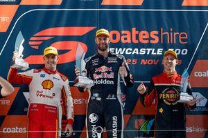 Подиум: победитель Шейн ван Гисберген, Triple Eight Race Engineering, второе место – Скотт Маклафлин, DJR Team Penske, третье место – Дэвид Рейнольдс, Erebus Motorsport