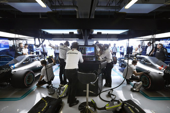Valtteri Bottas, Mercedes AMG F1 W09 EQ Power+, and Lewis Hamilton, Mercedes AMG F1 W09 EQ Power+, in the garage