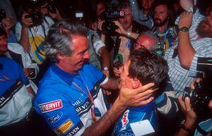 Руководитель команды Benetton Флавио Бриаторе поздравляет Михаэля Шумахера с завоеванием титула чемпиона мира