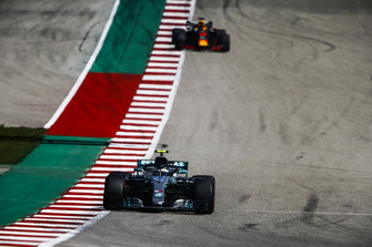 Valtteri Bottas, Mercedes AMG F1 W09 EQ Power+, leads Daniel Ricciardo, Red Bull Racing RB14
