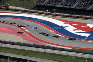 Lance Stroll, Williams FW41 et Fernando Alonso, McLaren MCL33 s'accrochent