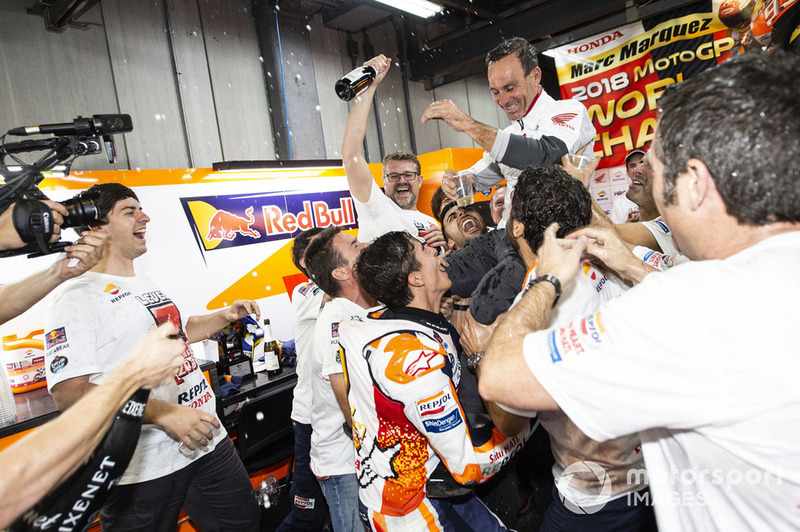 MotoGP-Weltmesiter 2018: Marc Marquez, Repsol Honda Team, mit Alberto Puig