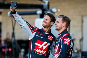 Romain Grosjean, Haas F1 Team, scatta un selfie con Kevin Magnussen, Haas F1 Team