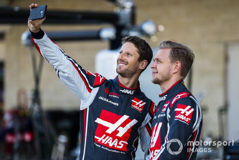 Romain Grosjean, Haas F1 Team, se toma una foto con Kevin Magnussen, Haas F1 Team