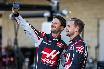 Romain Grosjean, Haas F1 Team, gaat op de foto met Kevin Magnussen, Haas F1 Team