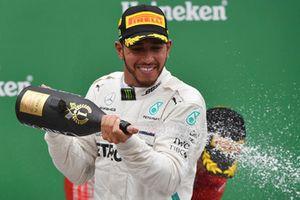 Lewis Hamilton, Mercedes AMG F1 fête sa victoire sur le podium avec du champagne