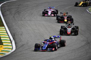 Pierre Gasly, Toro Rosso STR13, Kevin Magnussen, Haas F1 Team VF-18