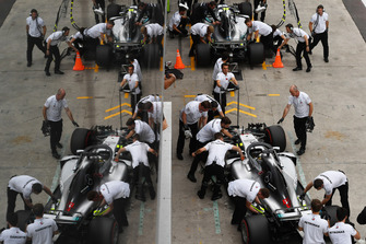 Lewis Hamilton, Mercedes-AMG F1 W09 and Valtteri Bottas, Mercedes-AMG F1 W09