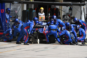 Pierre Gasly, Toro Rosso STR13 pit stop