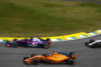 Brendon Hartley, Toro Rosso STR13, devant Fernando Alonso, McLaren MCL33.