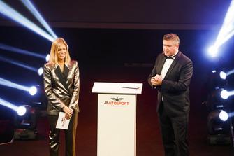 Les présentateurs Nicki Shields et David Croft sur scène
