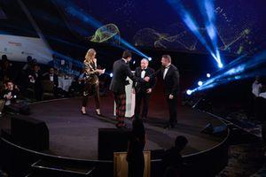 Toto Wolff reçoit un John Bolster Award des mains du président de la FIA, Jean Todt