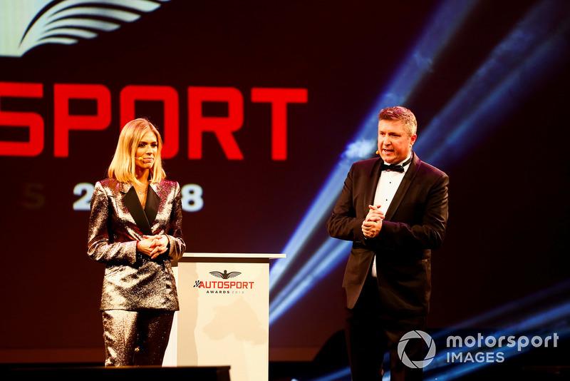 I presentatori Nicki Shields e David Croft, sul palco