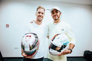 Lewis Hamilton, Mercedes AMG F1 W09, et Sebastian Vettel, Ferrari, échangent leurs casques