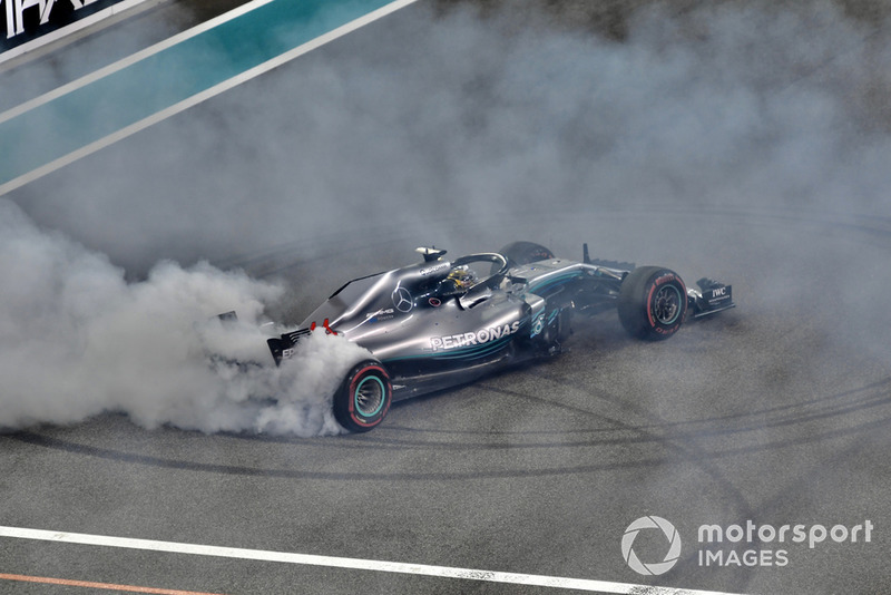 Lewis Hamilton, Mercedes AMG F1 W09 EQ Power+ donuts al final