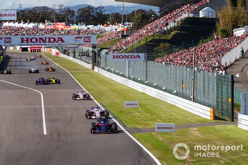 П'єр Гаслі, Scuderia Toro Rosso STR13, попереду Серхіо Переса, Racing Point Force India VJM11, та Естебана Окона, Racing Point Force India VJM11