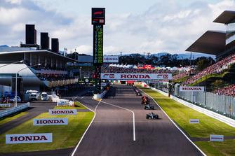 Lewis Hamilton, Mercedes AMG F1 W09 EQ Power+, leads Valtteri Bottas, Mercedes AMG F1 W09 EQ Power+, Max Verstappen, Red Bull Racing RB14, Sebastian Vettel, Ferrari SF71H, Kimi Raikkonen, Ferrari SF71H, and the rest of the field