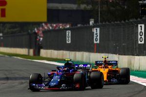 Pierre Gasly, Scuderia Toro Rosso STR13, Stoffel Vandoorne, McLaren MCL33