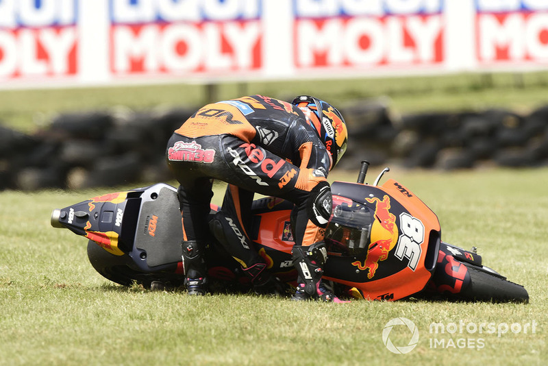 Bradley Smith, Red Bull KTM Factory Racing, terjatuh
