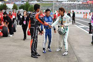 Aguri Suzuki et Takuma Sato avec Hiroki Yoshimoto lors du tour de démonstration des Légendes