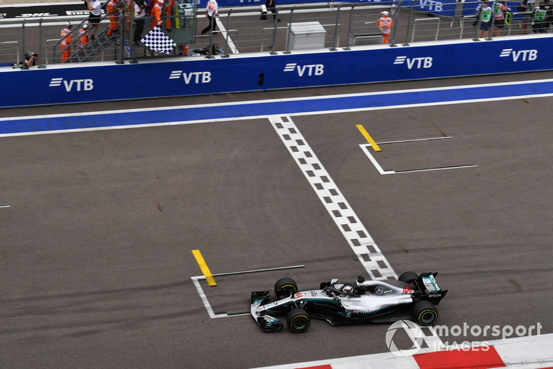 Le vainqueur Lewis Hamilton, Mercedes-AMG F1 W09 franchit la ligne et passe sous le drapeau à damier
