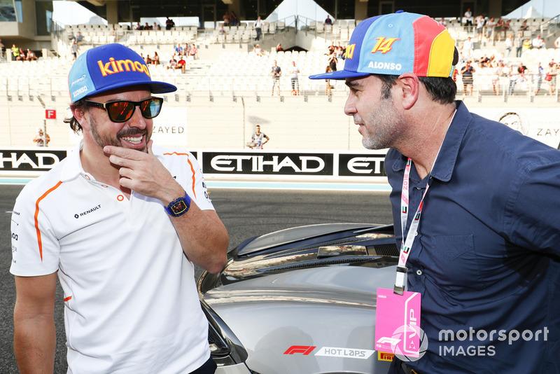 Гонщик McLaren Фернандо Алонсо и пилот NASCAR Джимми Джонсон