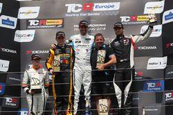 Podio: il vincitore della gara Dusan Borkovic, Target Competition Hyundai i30 N TCR, il secondo classificato Stian Paulsen, Stian Paulsen Racing Cupra TCR, il terzo classificato Dániel Nagy, M1RA Hyundai i30 N TCR